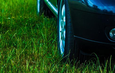 Sommerreifen_Auto_Wiese